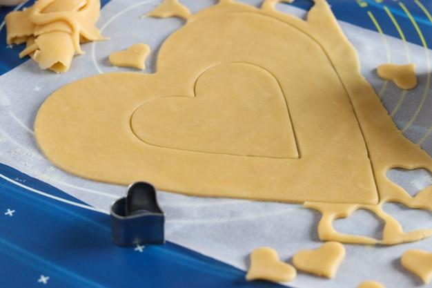 Gotowanie domowych ciasteczek w kształcie serca