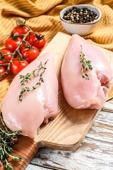 Gotowanie filetów z piersi kurczaka z tymiankiem i przyprawami. białe tło. widok z góry.