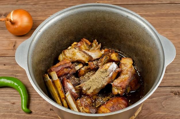 Gotowanie gulaszu duszone z delikatnym mięsem jagnięcym, ziemniakami i warzywami