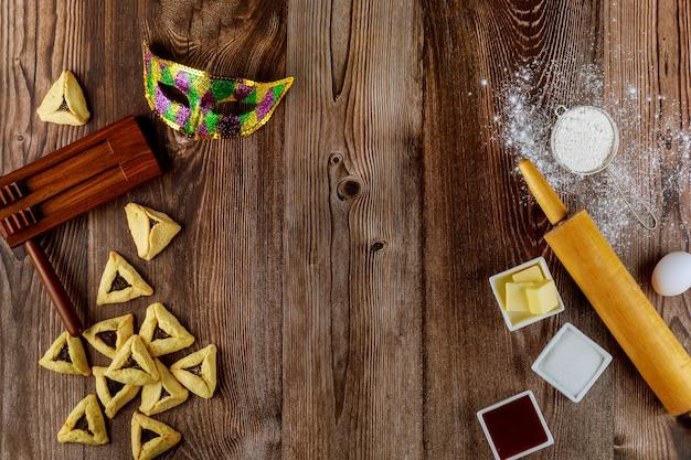 Gotowanie hamantaschen żydowskich ciasteczek ze składnikami na purim.