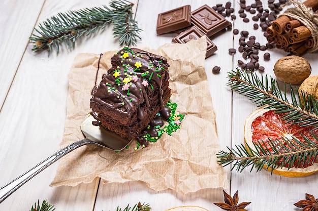 Gotowanie i dekoracja świąteczne ciasta czekoladowe