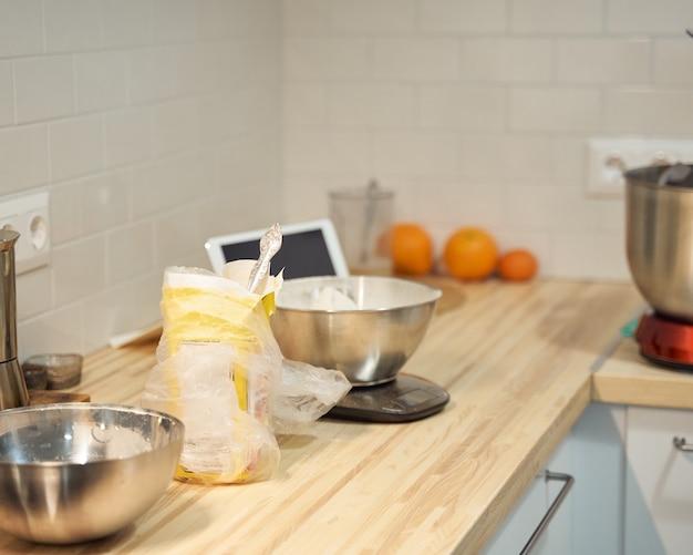 Gotowanie i pieczenie kuchni w domu, mieszkaniu, mąki, tablecie cyfrowym