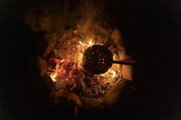 Gotowanie kasztanów w ciepłym i przytulnym ognisku w lesie ognisko stawu na wakacje podczas biwakowania