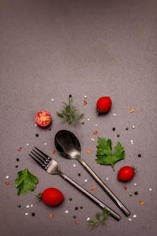 Gotowanie koncepcja żywności. sztućce, świeże warzywa, przyprawy, zioła