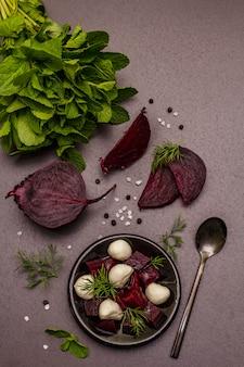 Gotowanie koncepcja żywności. zdrowa sałatka z pieczonymi burakami, mozzarellą dla dzieci, świeżą zieleniną