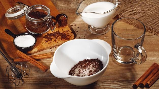 Gotowanie krok po kroku koreańskiej kawy dalgona. bicie kawy, wody i cukru.