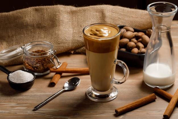 Gotowanie krok po kroku koreańskiej kawy dalgona. rozprowadź drugą warstwę ubitej piany kawy.