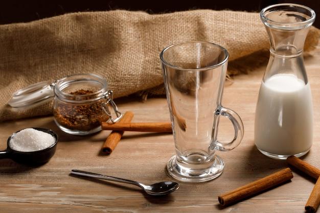 Gotowanie krok po kroku koreańskiej kawy dalgona. wlać pierwszą warstwę mleka i lodu.