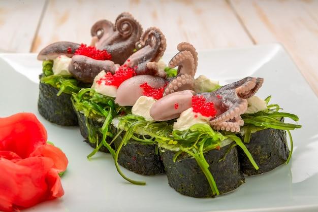 Gotowanie, kuchnia azjatycka, sprzedaż i jedzenie - zamknij ręce szczypcami biorąc sushi na targu ulicznym różne świeże sushi