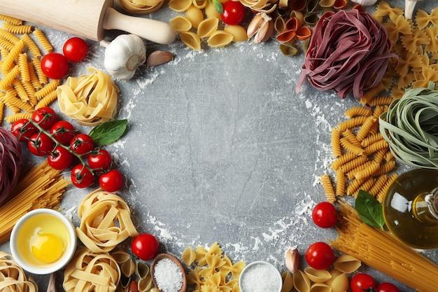 Gotowanie makaronu na szarej teksturowanej powierzchni