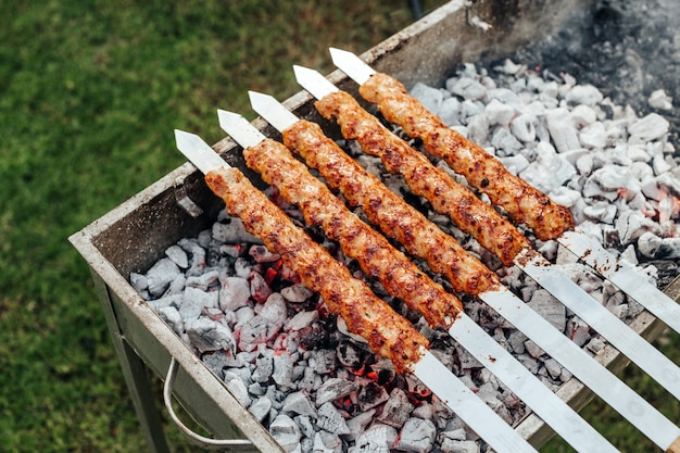 Gotowanie mięsa kebabowego z szaszłykami na grillu.
