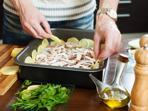 Gotowanie mięsa z grzybami i ziemniakami