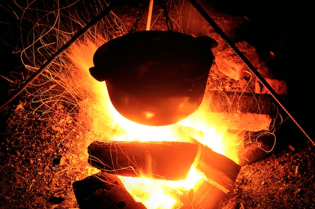 Gotowanie na stosie w nocy. wielki płomień