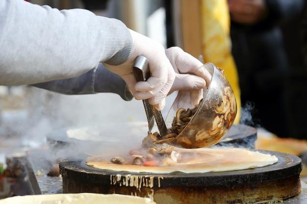 Gotowanie naleśników faszerowanych grzybami