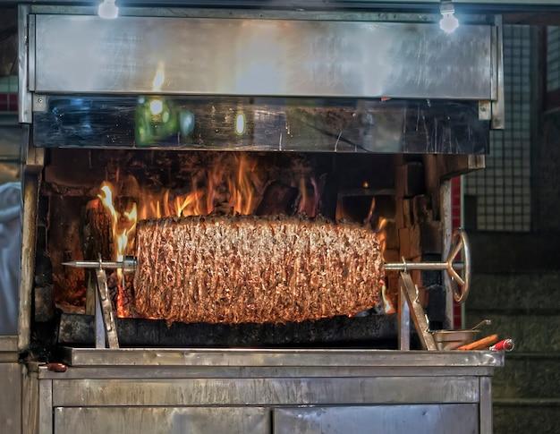 Gotowanie ogromnego kebaba w turcji w stambule