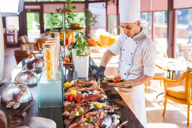 Gotowanie owoców morza w restauracji.
