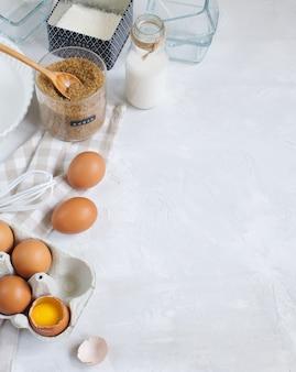 Gotowanie pieczenie ze składników i przyborów, widok z góry, miejsce