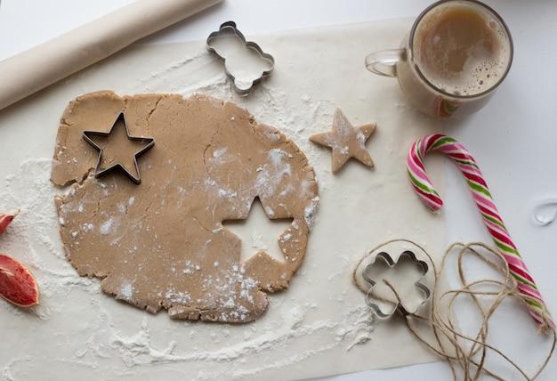 Gotowanie piernika w kuchni świąteczna atmosfera