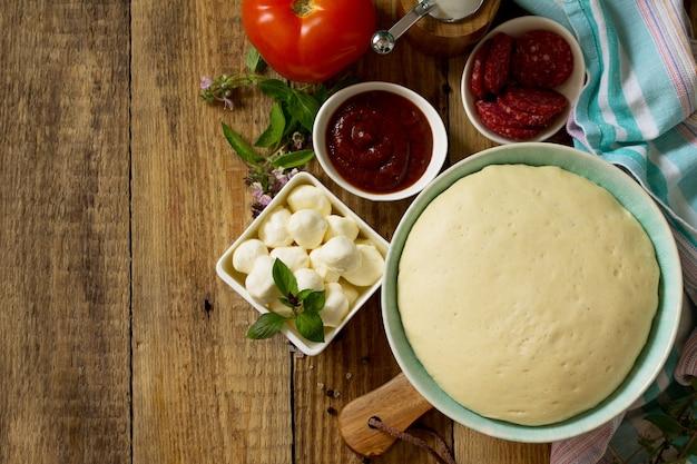 Gotowanie pizzy składniki żywności i przyprawy do gotowania tradycyjna pyszna włoska pizza