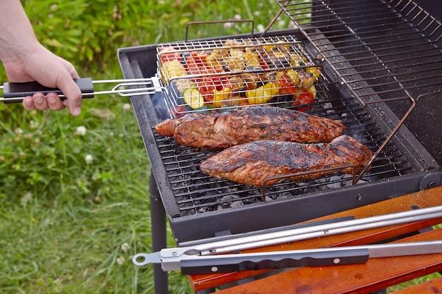 Gotowanie polędwicy wieprzowej i warzyw na grillu