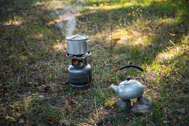 Gotowanie potraw na palniku gazowym piknik na świeżym powietrzu