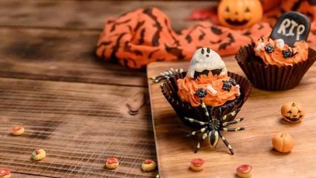 Gotowanie pysznego domowego ciasta i dekorowanie babeczki na świąteczny halloween. słodki deser i dekoracja na imprezę w domu.