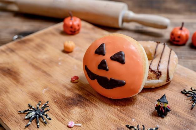Gotowanie pysznego domowego ciasta i dekorowanie pączka na halloween. słodki deser i dekoracja na imprezę w domu.