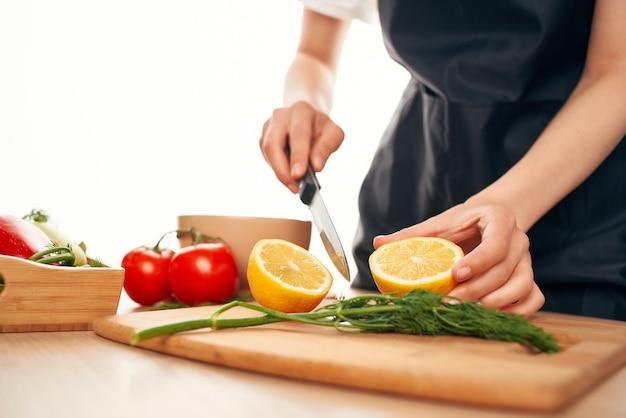 Gotowanie sałatki dodawanie składników zdrowe jedzenie kuchnia