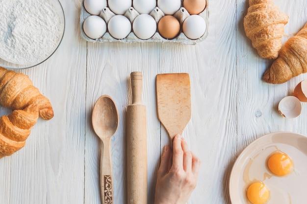 Gotowanie składników do pieczenia na stole w kuchni