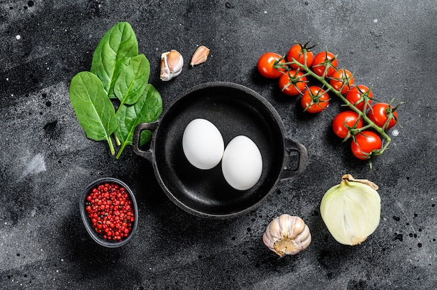 Gotowanie śniadanie ze smażonymi lub gotowanymi jajkami