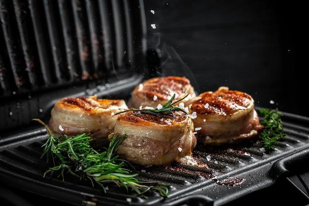 Gotowanie stek wołowy na grillu serwowane na czarnym stole do kopiowania tekstu menu restauracji, widok z góry.