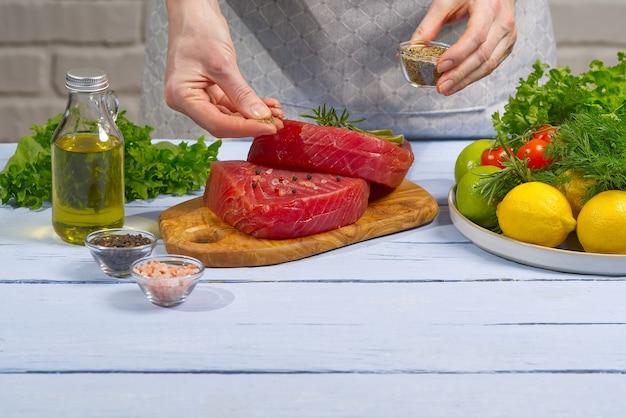 Gotowanie steku z tuńczyka świeży stek z tuńczyka błękitnopłetwego atlantyckiego z przyprawami i gotowy do smażenia surowego tuńczyka żółtopłetwego surowego medalionu
