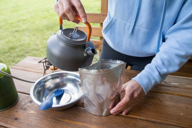 Gotowanie sublimowanych potraw na wycieczce lub na kempingu