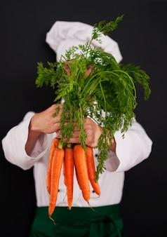 Gotowanie szefa gospodarstwa kilka świeżych marchewek