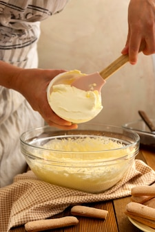 Gotowanie tiramisu, dodawanie kremu mascarpone. przepis krok po kroku. domowa pustynia. przepis krok po kroku.