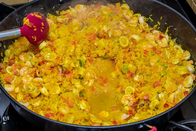 Gotowanie tradycyjnej hiszpańskiej paelli valencia.