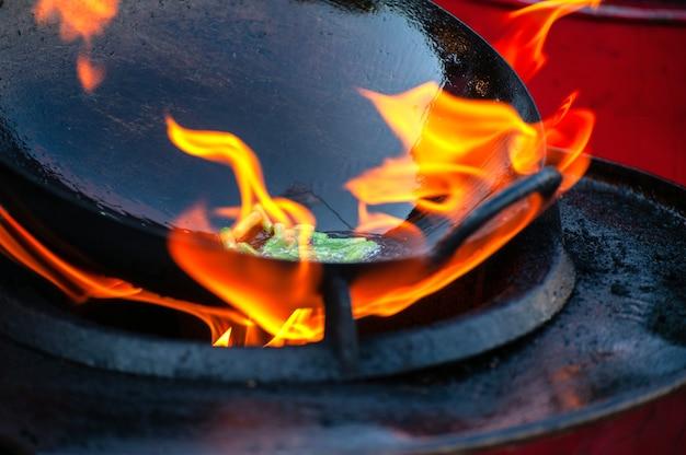 Gotowanie ulicznego jedzenia na gorącej patelni