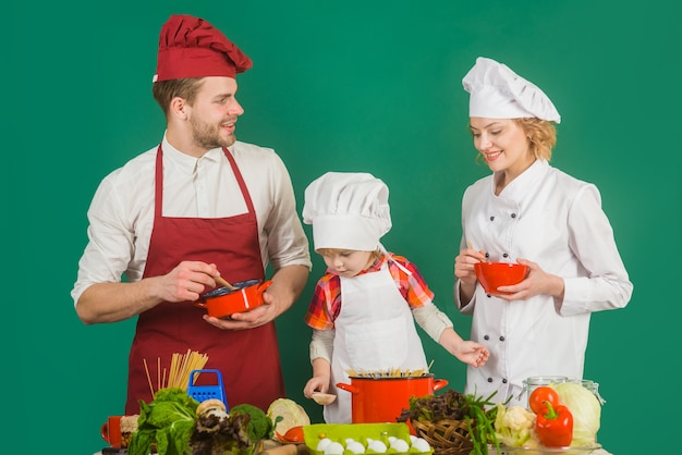 Gotowanie w domu rodzina wspólne gotowanie relacje rodzinne zdrowe jedzenie w domu zdrowy styl życia