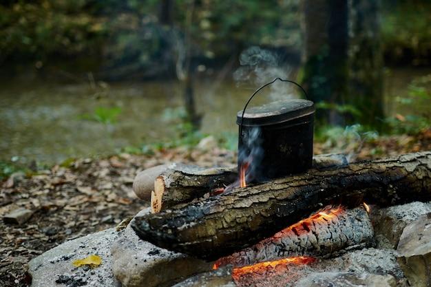Gotowanie w garnku nad ogniskiem