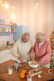 Gotowanie w kuchni para starszych osób