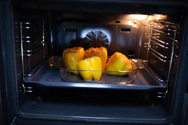 Gotowanie w piekarniku papryki faszerowanej ryżem i warzywami