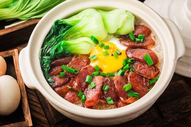 Gotowanie w stylu kantońskim ryżu claypot z woskowanym mięsem