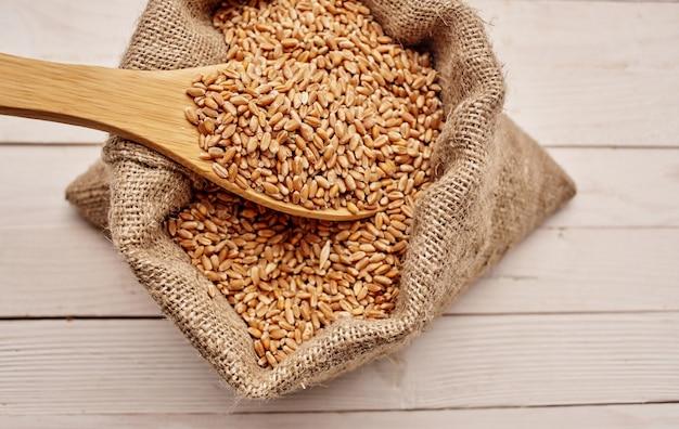Gotowanie zbóż musli poranna przekąska pyszne drewniane tło