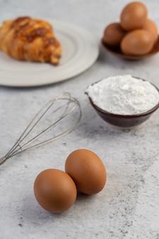 Gotowany chleb ze składnikami jajka i mąka z tapioki w filiżance.