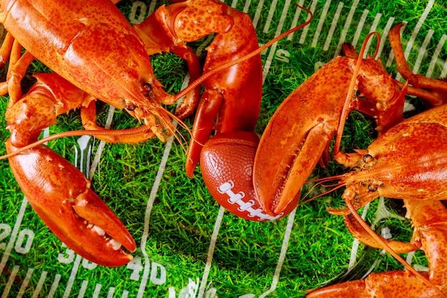 Gotowany duży homar morski z piłką na tacy