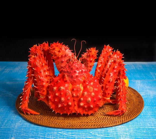 Gotowany ekologiczny krab królewski z masłem i cytrynami