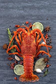 Gotowany homar gotowany z cytryną, ziołami i przyprawami