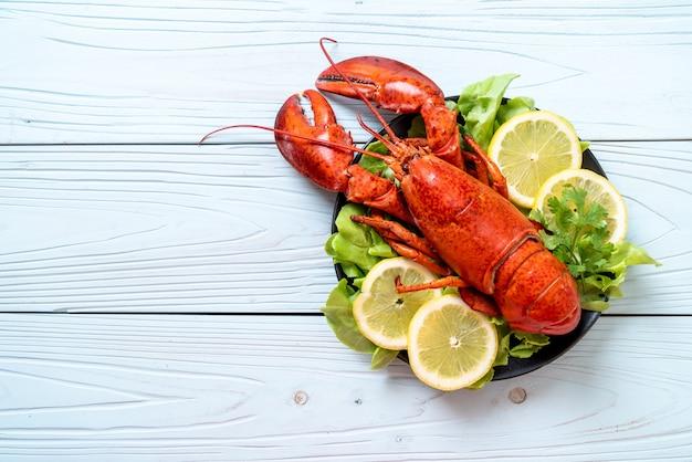 Gotowany homar z warzywami i cytryną