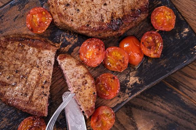 Gotowany i pokrojony stek wołowy z pomidorami