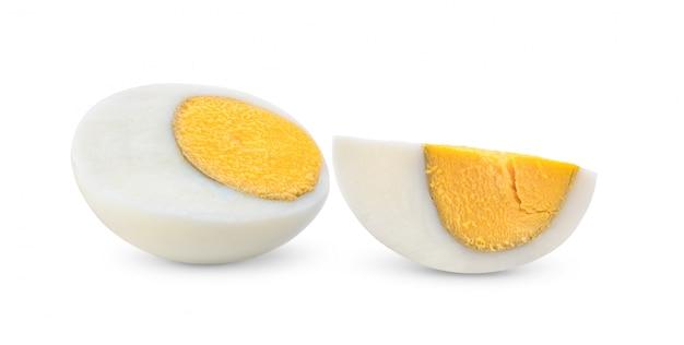 Gotowany jajko na białym tle folował głębię śródpolny mockup